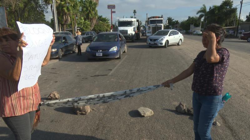 Vecino de el Teroque bloquean carretera Mochis El Fuerte