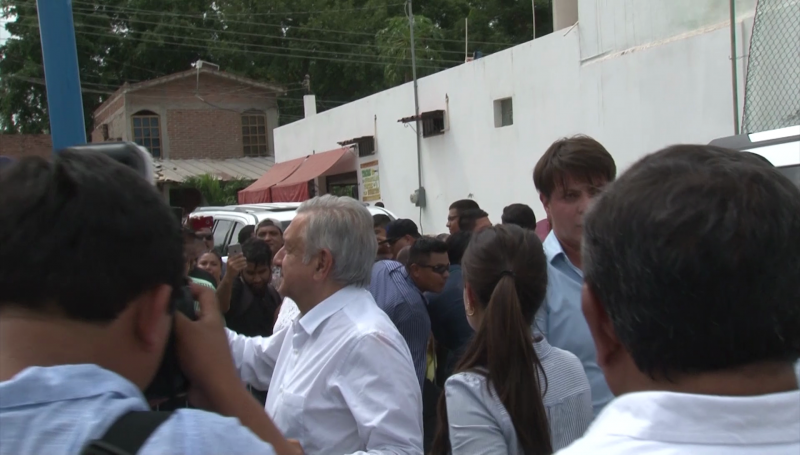 Entre protestas arribó AMLO a Villa Unión