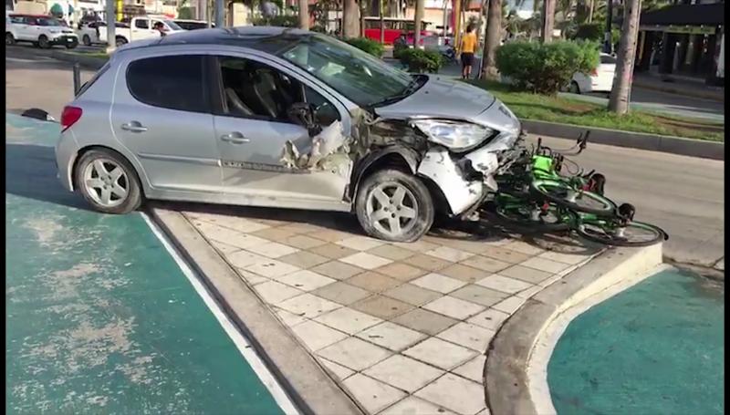 Automóvil arrolla bicicletas del Malecón