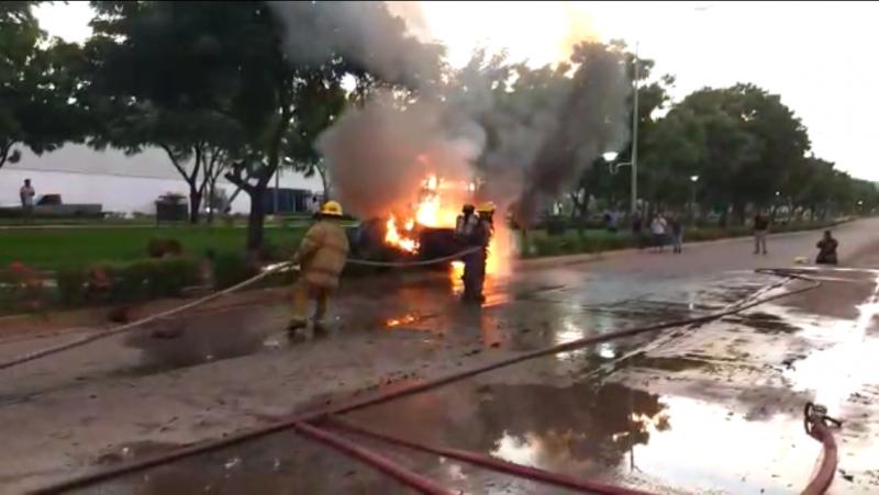 Se incendia vehículo al chocar contra señal vial, el saldo una joven lesionada