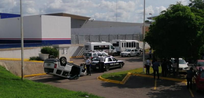 Vuelca  camioneta,  dos mujeres y un bebé resultaron con lesiones leves