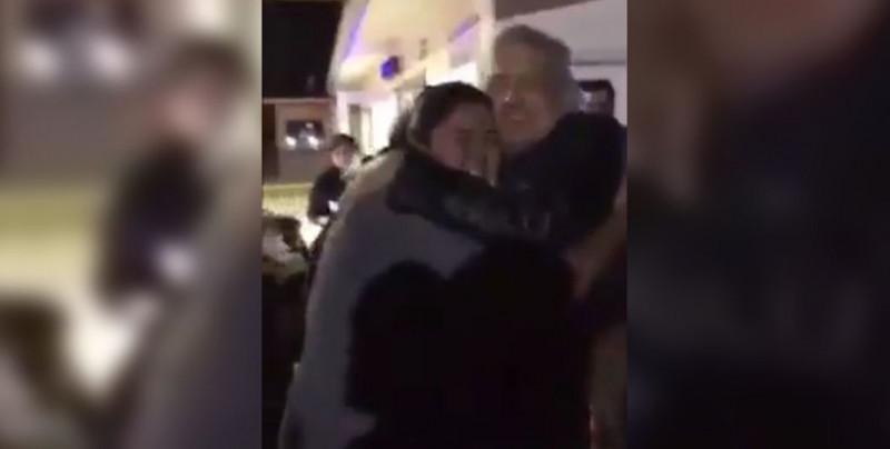"VIDEO: ""¡Peña Nieto te la pe..!"": Mujer le grita a AMLO durante gira en Baja California"