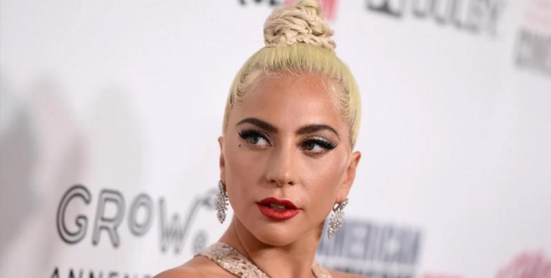 Tremenda caída sufre Lady Gag junto con admirador en un concierto en Las Vegas