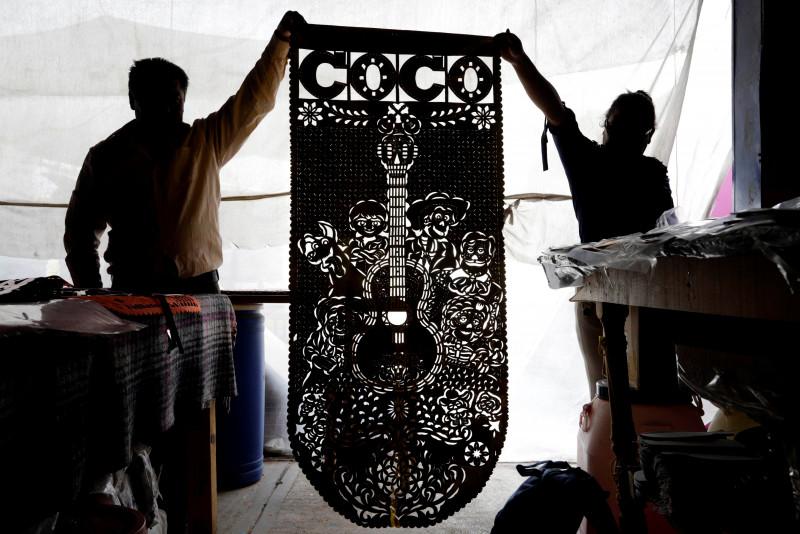 El papel picado, una colorida tradición mexicana para festejos de Muertos