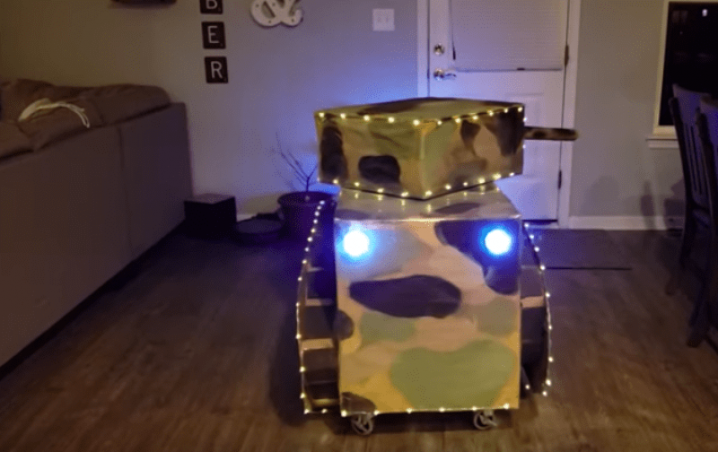 Se disfraza de tanque de guerra para Halloween
