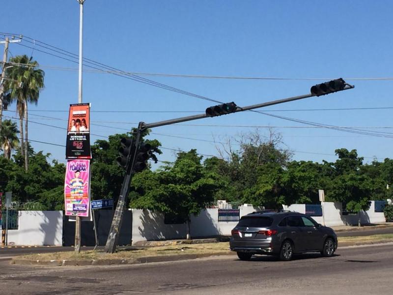 Ladeada la base de un semáforo