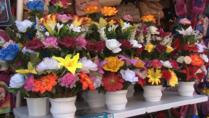 Comienza la venta de flores de papel y plástico en la Juárez