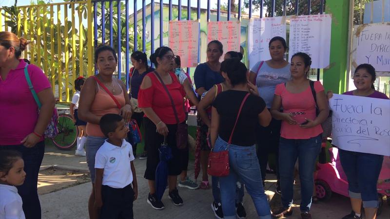 """Madres de familia toman kinder """"Alejandro Quijano"""" en Villa Unión"""