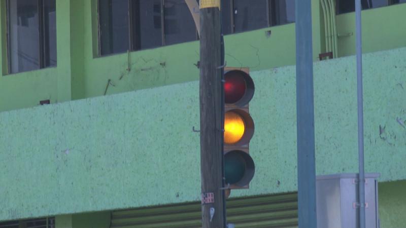 Semáforo con luces en preventivo por la Bravo
