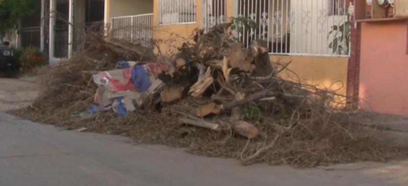 """A un mes de """"Narda"""", vecinos de Col. Villa Galaxia continúan con escombros"""