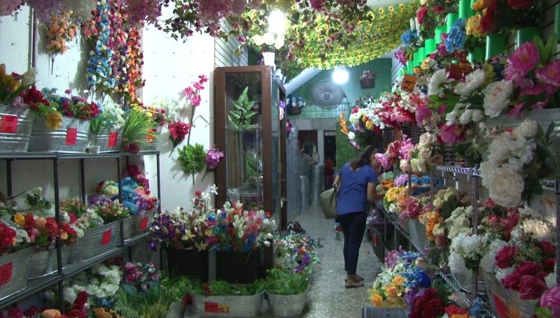 Flores de plástico, muy vendidas por Día de Muertos