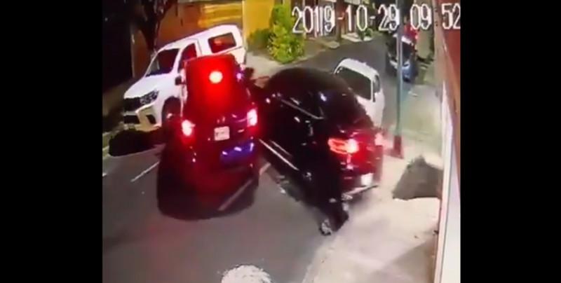 ¡Como de película! Hombre embiste con su camioneta a secuestradores