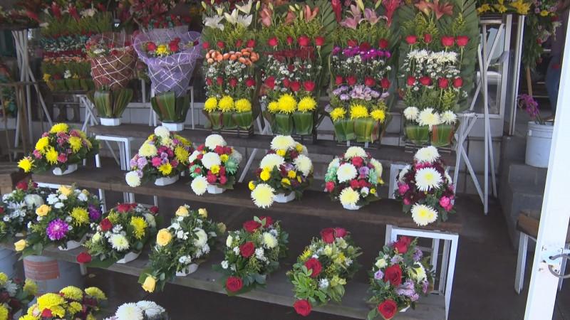 En este 2 de noviembre los arreglos florales no pasan de moda