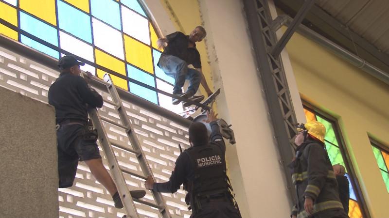 Intentaba suicidarse al interior del mercado Garmendia, pero agentes de la policía frustraron su intención