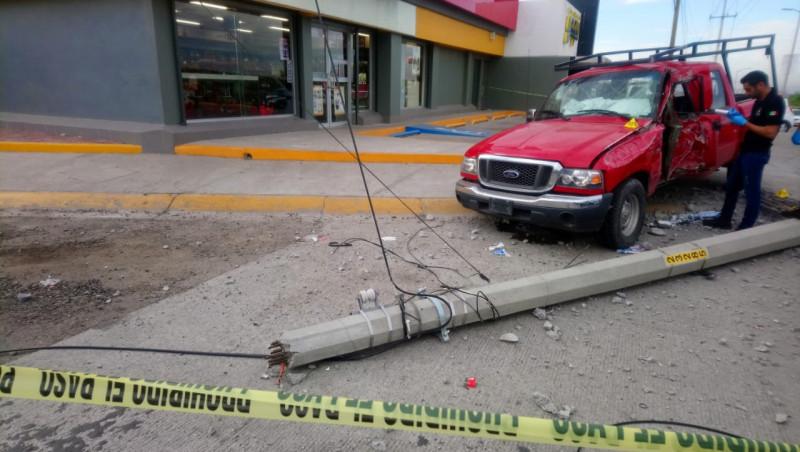 Fallece conductor tras impactarse en poste de telefonía