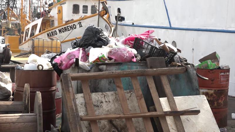Mucha basura en el muelle del parque Bonfil