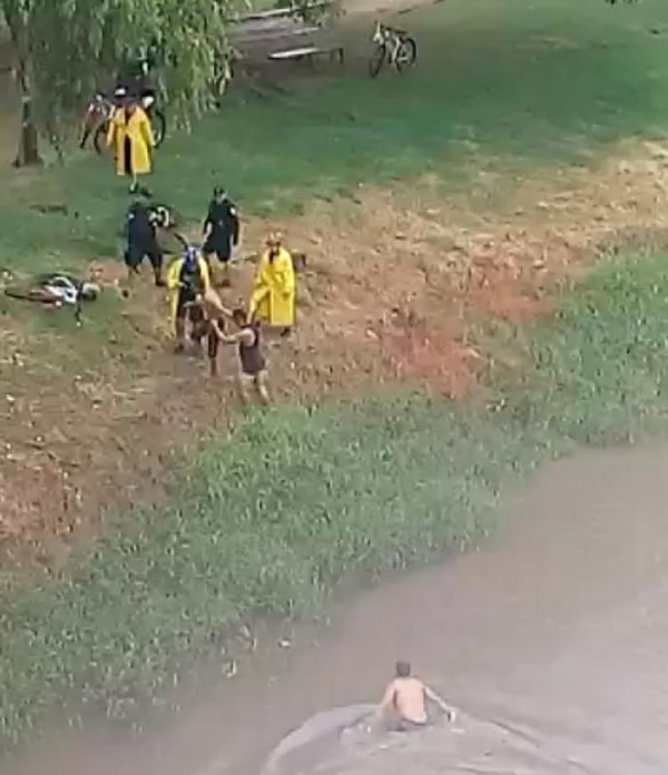 Hombres se arroja al río para evitar ser detenido