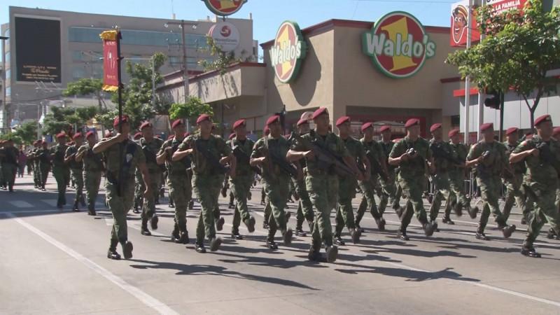 El ejército mexicano muestra en Culiacán parte de su fuerza solo en un desfile militar