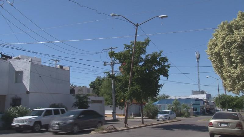 Sigue poste de luz dañado en Villas del Río