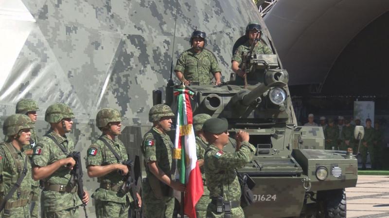 Inauguran la exposición militar la Gran Fuerza de México en la explanada de Palacio de Gobierno