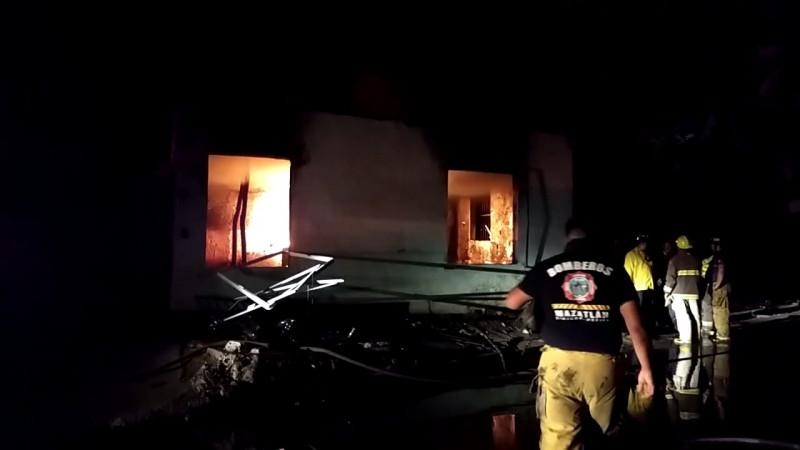 Evacuan a 40 familias por incendio en presunta 'casa huachicol'