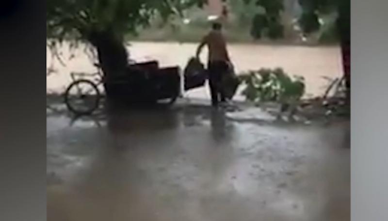 Sorprenden a hombre tirando TV a un arroyo