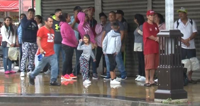 Decenas de personas quedan varados por falta de transporte público