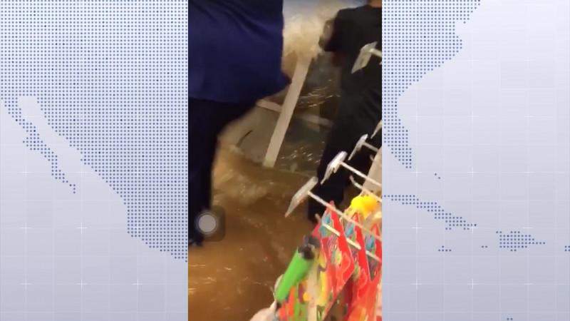 Así la intensidad del agua en una tienda de conveniencia de Mazatlán