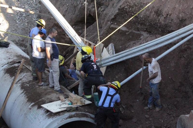 Rescatan a trabajadores de la construcción,  tras derrumbe