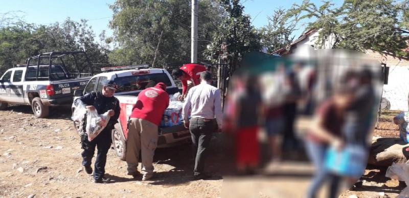 Policías Municipales apoyan a los habitantes de Camanaca