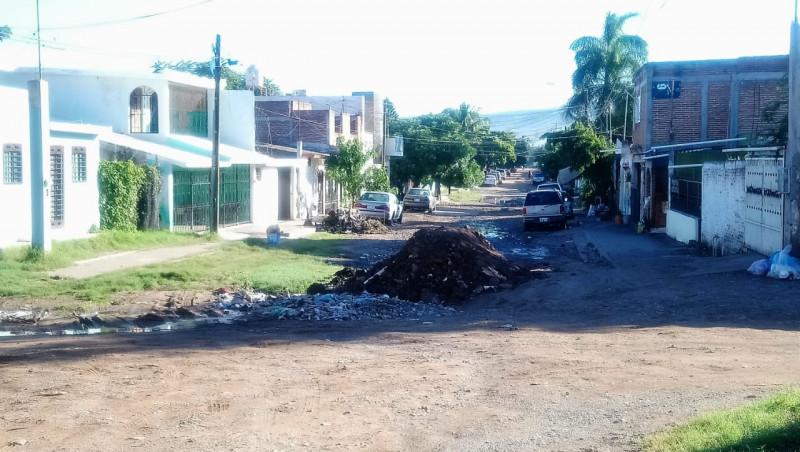 Montones de tierra sobre Avenida 22 de diciembre