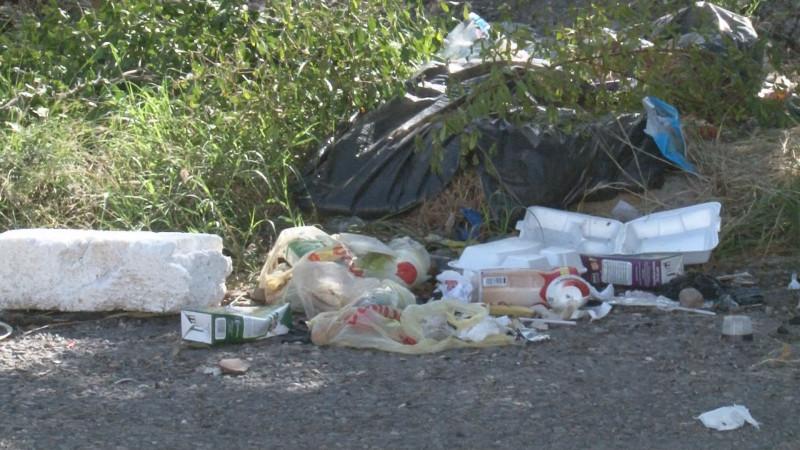 Lote baldío con basura  en el Fraccionamiento Paseo Azteca