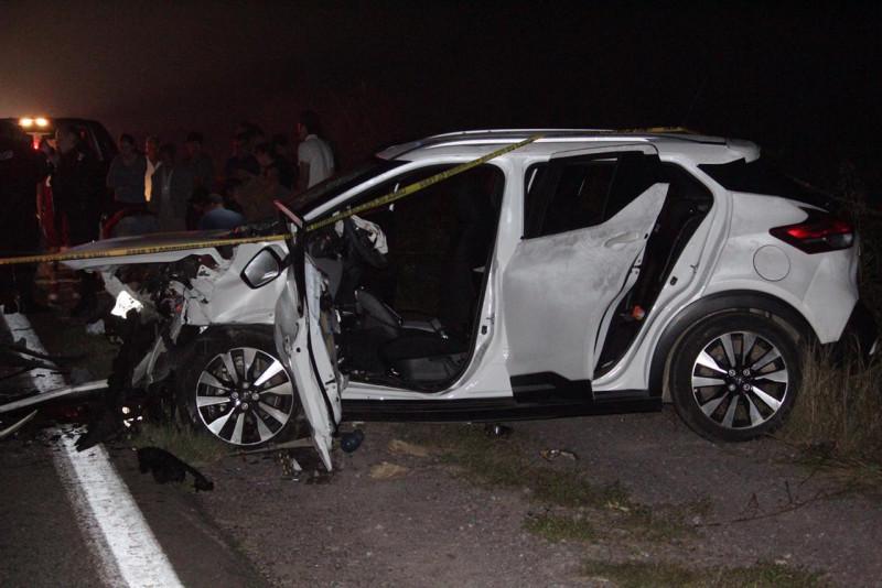 Mueren dos personas y seis resultan heridas en accidente de carretera