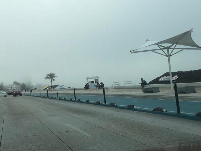 Densa neblina cubre bahía mazatleca