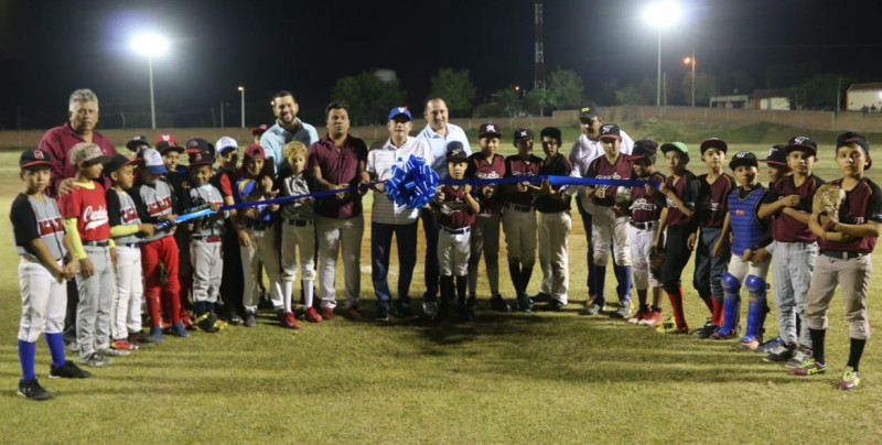 El alcalde de Rosario Inaugura  iluminación en el estadio de Cacalotán