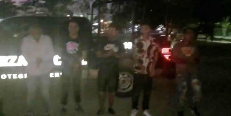 """VIDEO: Policías de Nuevo León obligan a detenidos a bailar y cantar """"Un violador en tu camino"""""""