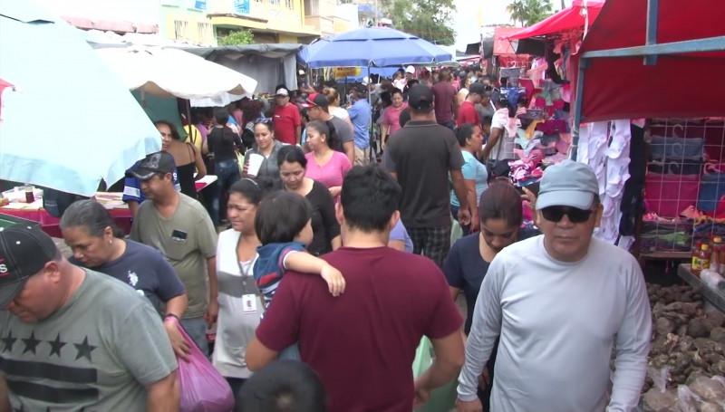 Buscan mazatlecos el Tianguis de la Juárez para compras navideñas