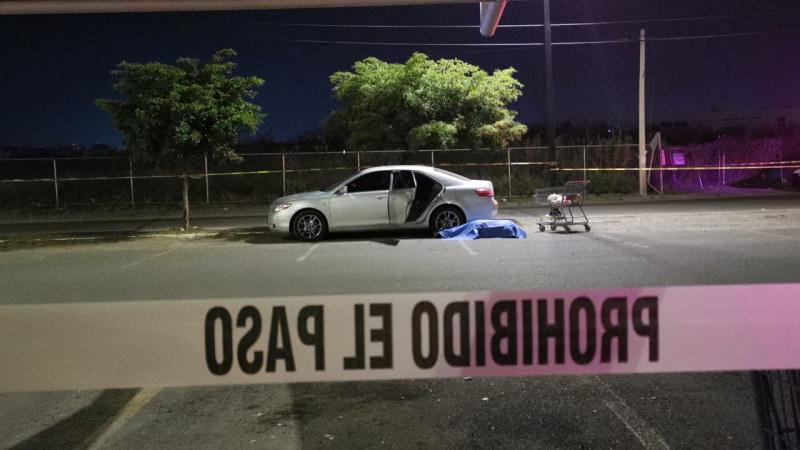 Asesinan a hombre en estacionamiento de supermercado