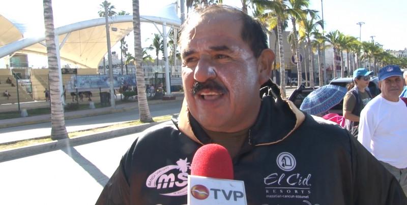 Sergio Velarde logra nadar 24 horas seguidas
