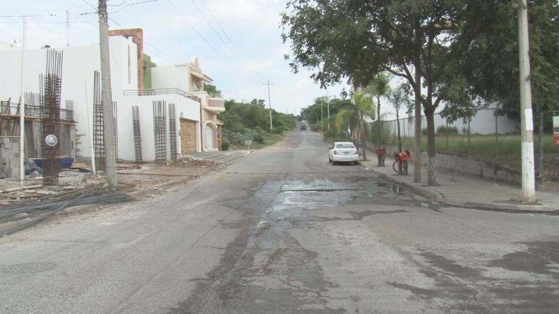 Calle del Pirul en Colinas de San Miguel con baches
