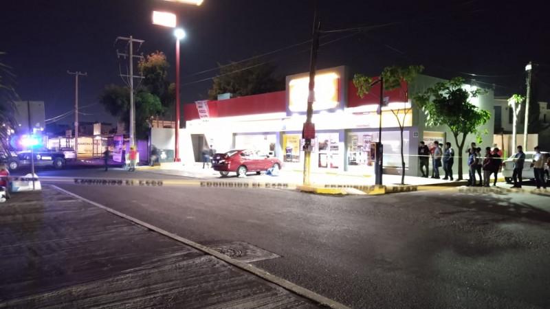 Asesinan a balazos a joven al salir de tienda de conveniencia