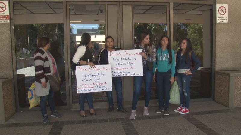 Maestras de preescolar exigen el pago de 3 meses de sueldo y un bono anual