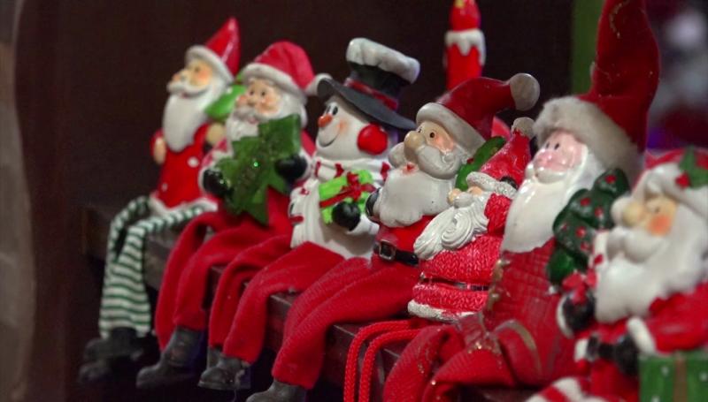 Cientos de Santa Claus conforman la colección de Maribel