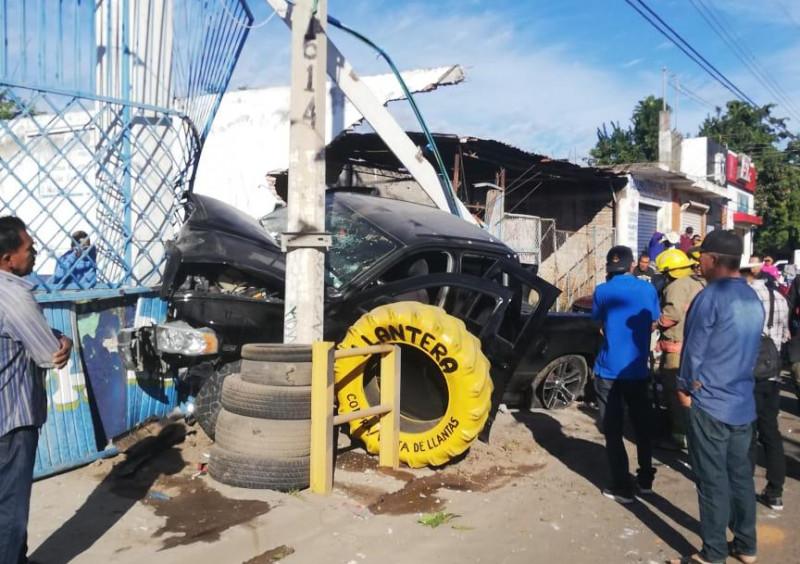 Accidente automovilístico deja cuatro lesionados