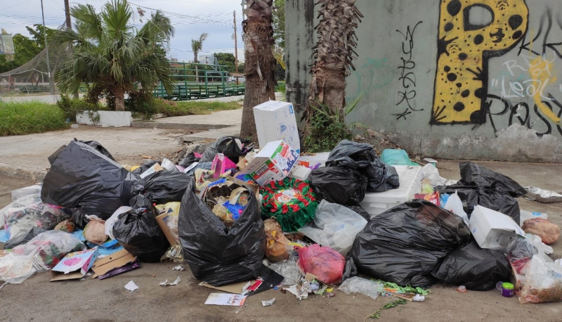 Usan calle del Infonavit Playas para tirar basura