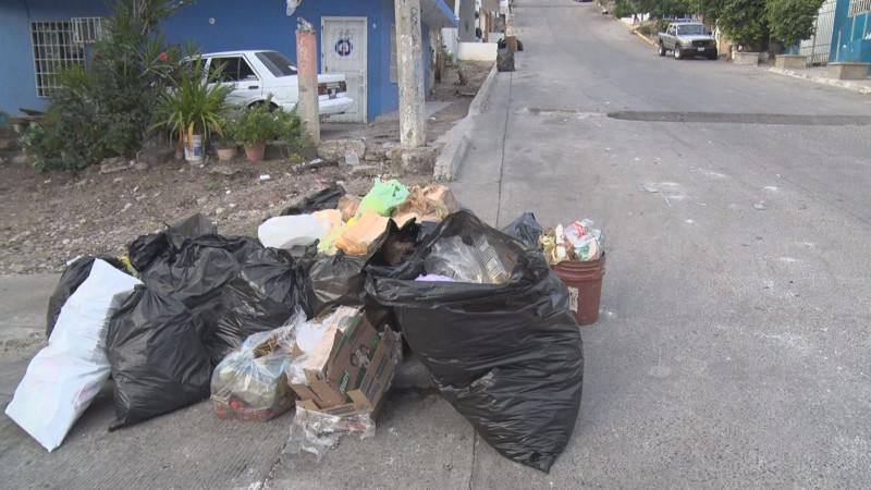 Mucha basura en la Rafael Buelna