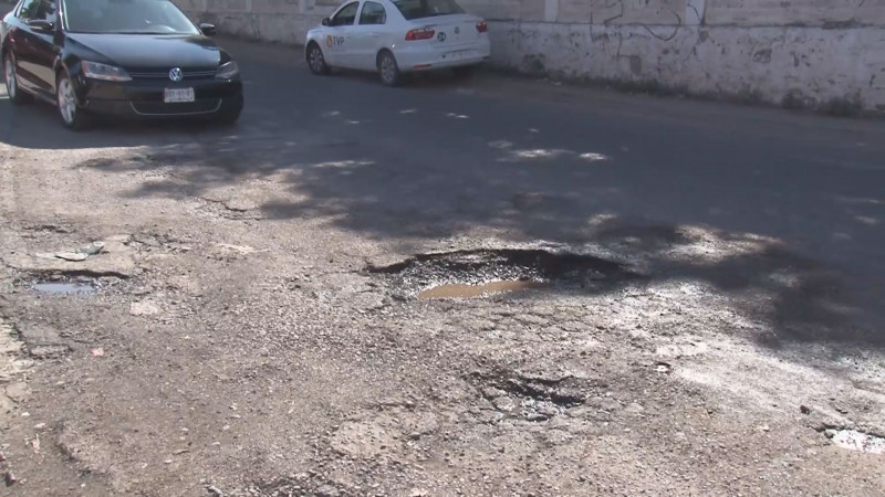 Baches peligrosos sobre la Avenida Cruz Medina en la Colonia El Palmito