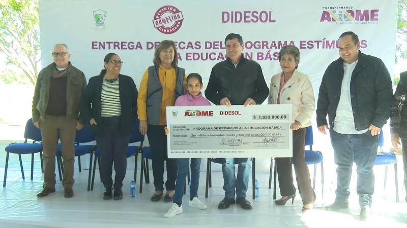 Entrega el municipio de Ahome estímulos económicos en educación