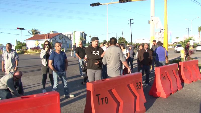 Comerciantes bloquean avenida por cierre total de la Rafael Buelna