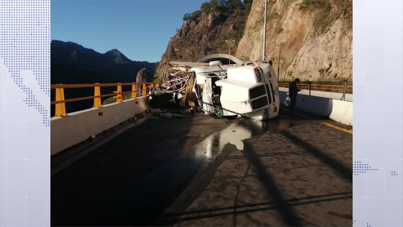 Vuelca trailer y afecta el tráfico en la Mazatlán- Durango